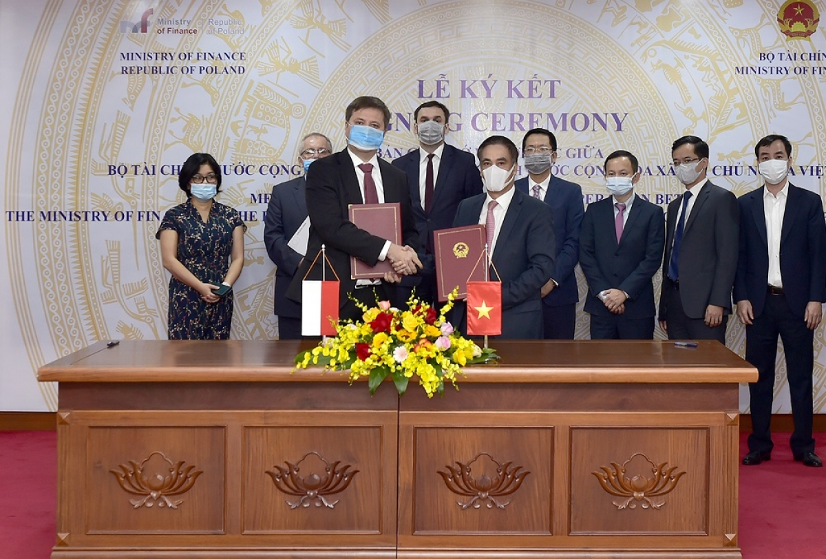 Đại sứ đặc mệnh toàn quyền Ba Lan tại Việt Nam ký kết Bản ghi nhớ về hợp tác với lãnh đạo Bộ Tài chính Việt Nam