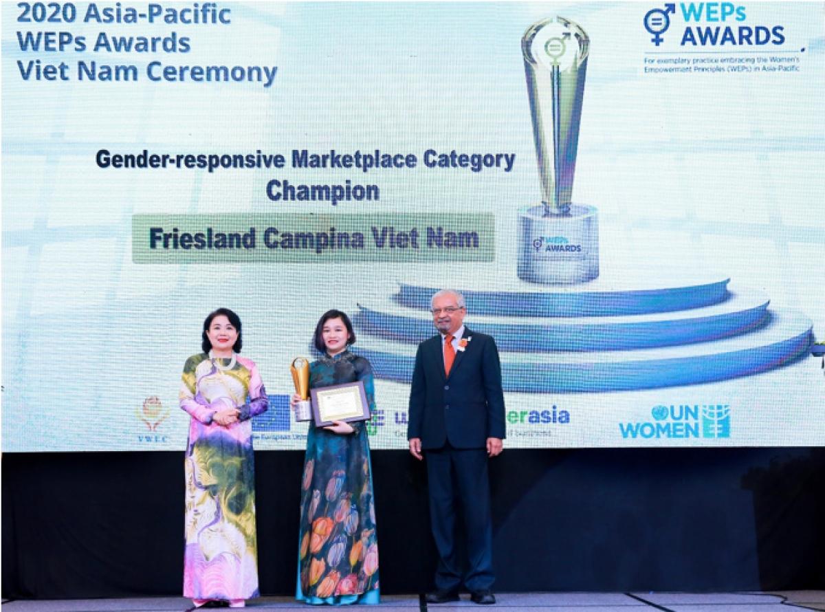 """Bà Phan Nam Trân (giữa), Giám đốc Nhân sự FrieslandCampina Việt Nam nhận giải thưởng """"Bình đẳng giới trên thị trường."""