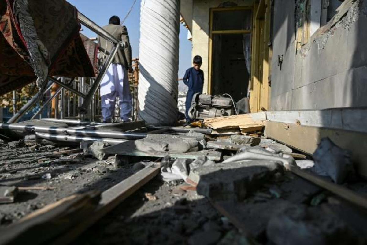 Tường và cửa sổ một số tòa nhà bị phá hủy sau các vụ tấn công bằng rocket. Ảnh: Wakil Kohsar