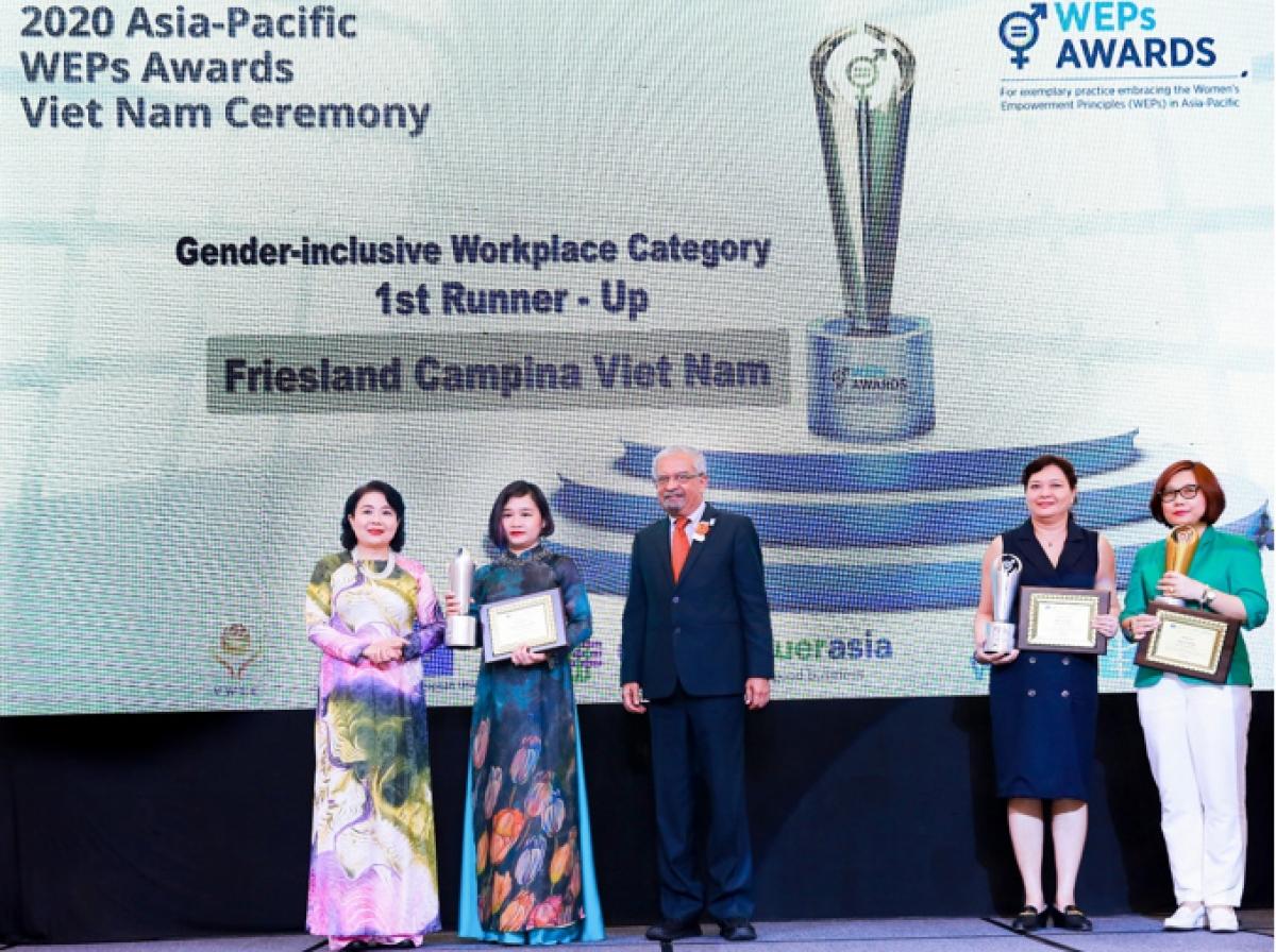 """Bà Phan Nam Trân (thứ hai từ trái sang), Giám đốc Nhân sự FrieslandCampina Việt Nam nhận giải thưởng """"Bình đẳng giới tại nơi làm việc""""."""