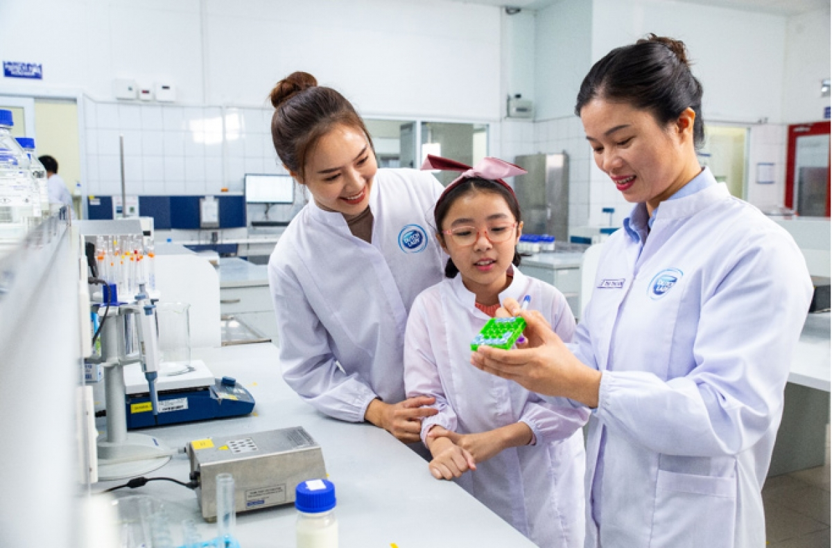 Nhân viên nữ của FrieslandCampina Việt Nam luôn được tạo động lực phát triển trong công việc và bản thân. Trong ảnh, chị Lê Thị Thoan (cầm viết), nhân viên phòng Quản lý chất lượng luôn có niềm đam mê với nghề hơn 10 năm .