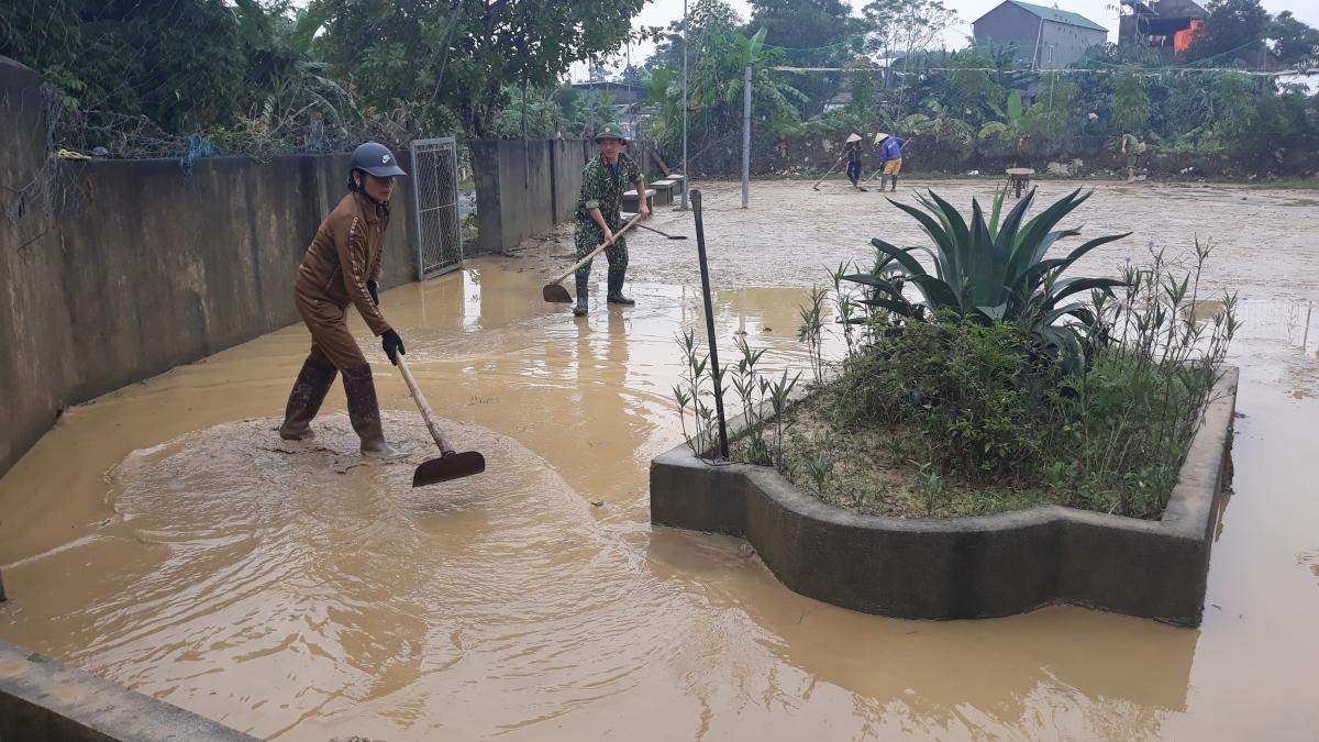 Tại những nơi nước đã rút, người dân khẩn trương vệ sinh nhà cửa lau dọn đồ đạc sớm ổn định đời sống.