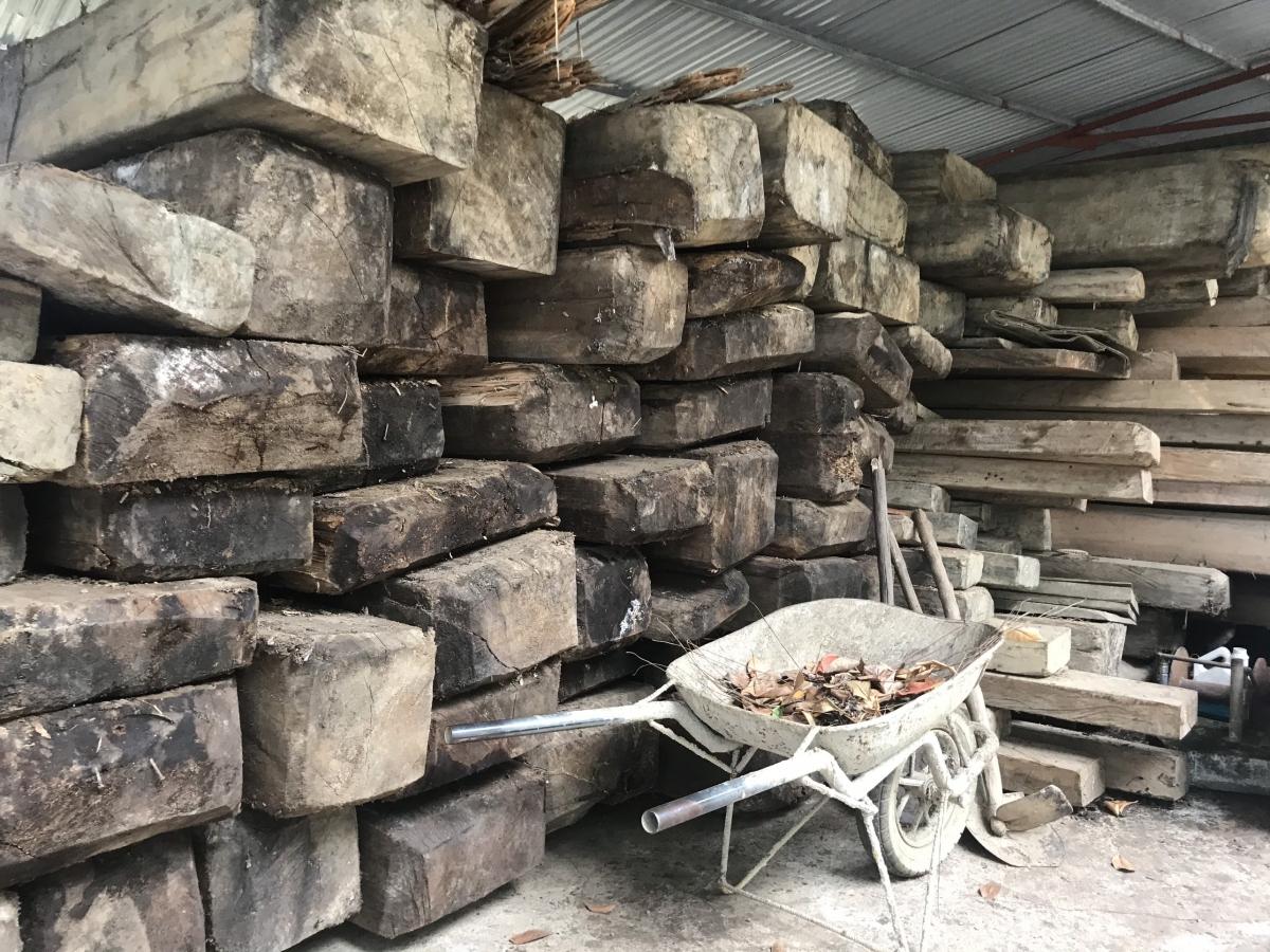Hàng trăm phiến gỗ nằm phơi nắng, dầm mưa ngay tại Ban quản lý rừng phòng hộ.