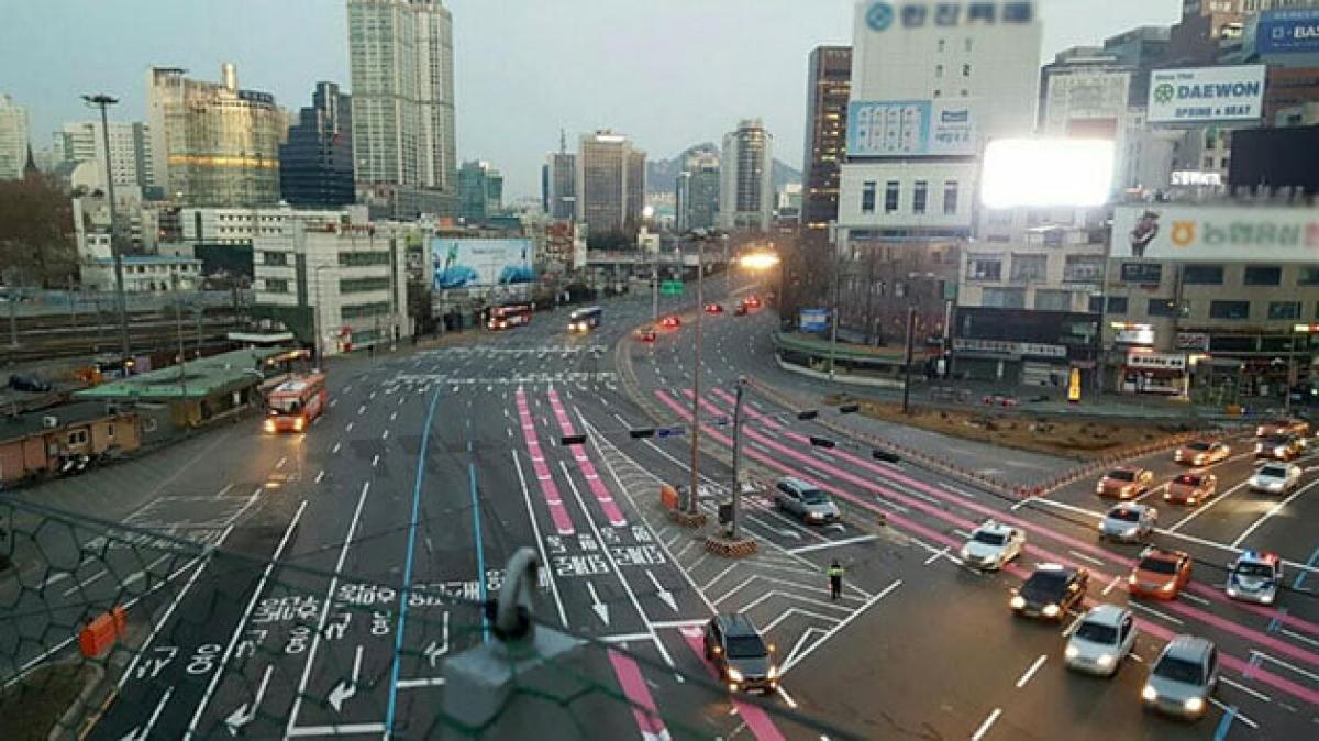 Tổ chức giao thông với sơn kẻ rất rõ ràng tại một nút giao thông phức tạp tại Seoul, với các vạch hướng dẫn có màu sắc đặc biệt.