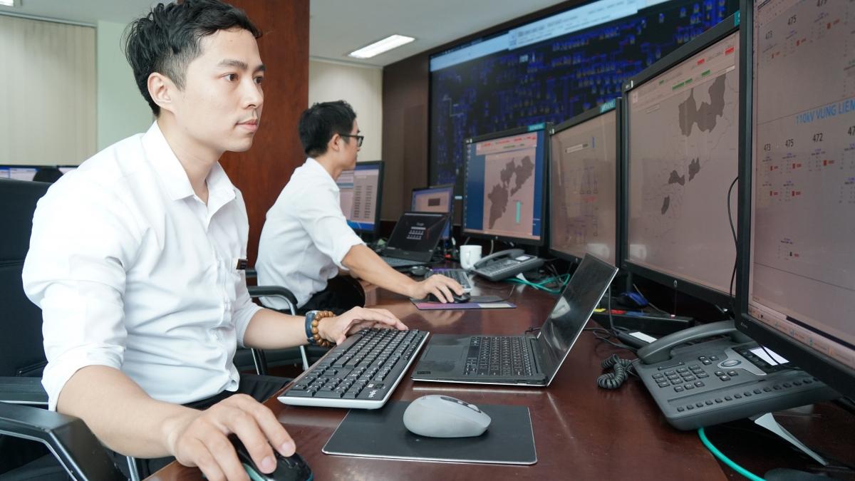 Nhân viên theo dõi, vận hành điều khiển từ xa hệ thống trạm và lưới điện tại các tỉnh phía Nam. Ảnh: CSKH EVNSPC