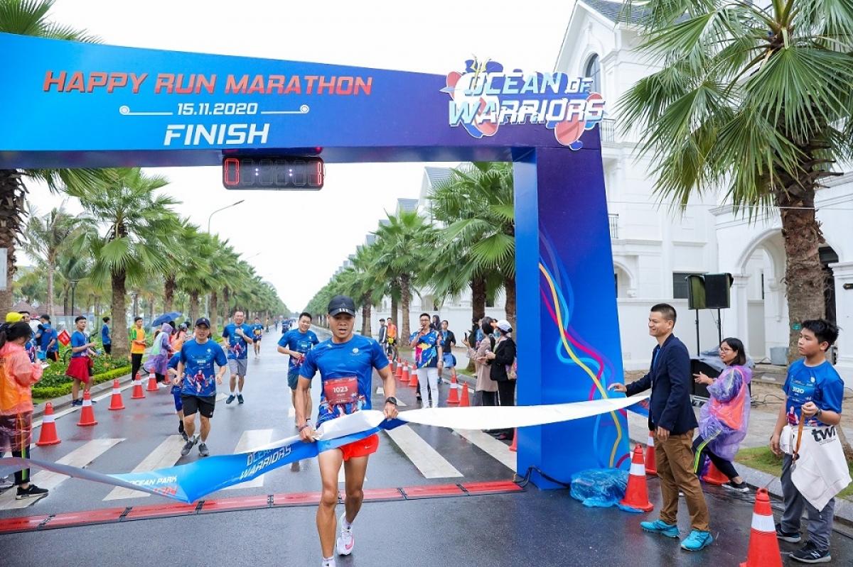 Vận động viên Long Bùi vô địch cự ly 10km dành cho Nam, với thành tích 37 phút 21 giây