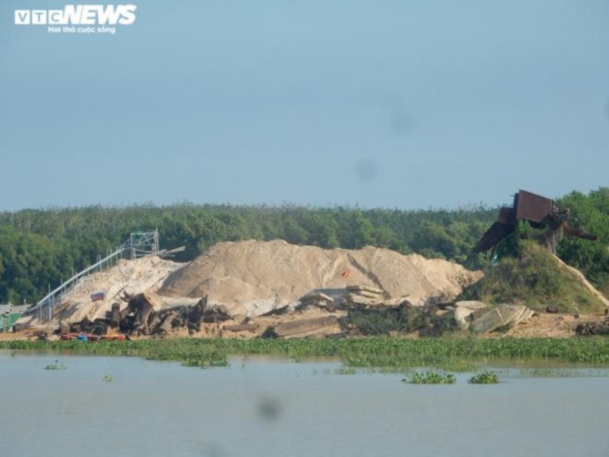 """Một bãi tập kết cát """"khủng"""" tại vị trí ấp Hoà Lộc (xã Minh Hoà, huyện Dầu Tiếng, Bình Dương)."""