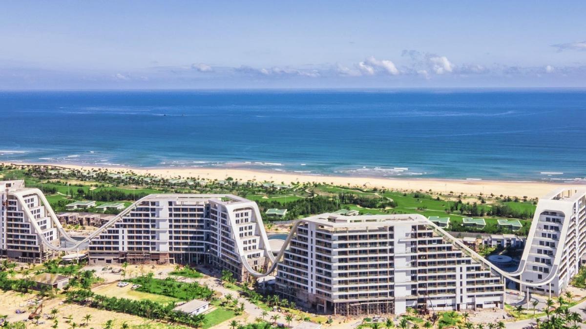 Trải dài bên bờ biển đẹp nhất Quy Nhơn, khách sạn sở hữu tầm view khoáng đạt và tuyệt đẹp.