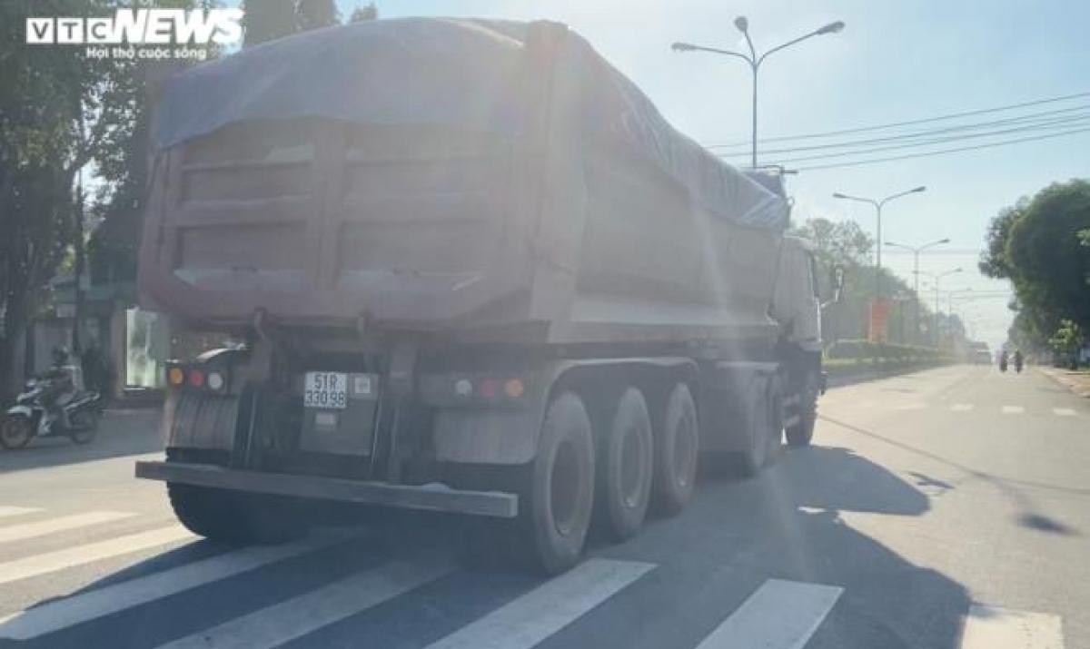 Chiếc xe tải chở cát mang BKS: 51R 330.98 có dấu hiệu quá tải nhưng không hề bị cơ quan chức năng xử lý.