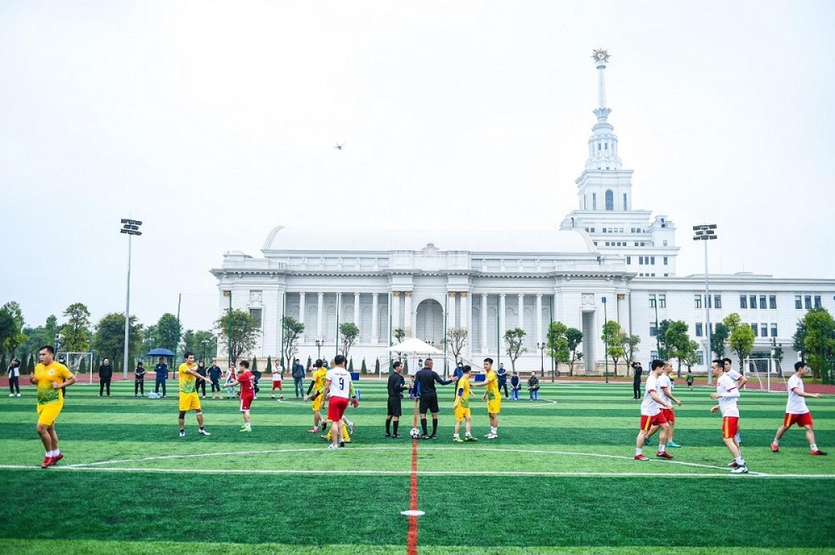 Không khí sôi động trên SVĐ Đại học VinUni, nơi các CLB đá bóng của cư dân Vinhomes Ocean Park thường xuyên tranh đấu, sinh hoạt
