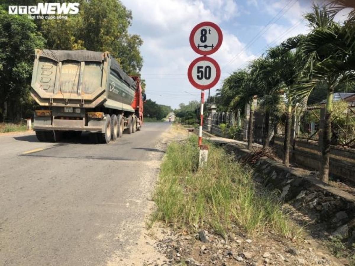 Xe tải chở cát hàng chục tấn đang lưu thông trên đường chỉ dành cho xe có trọng tải 8 tấn.