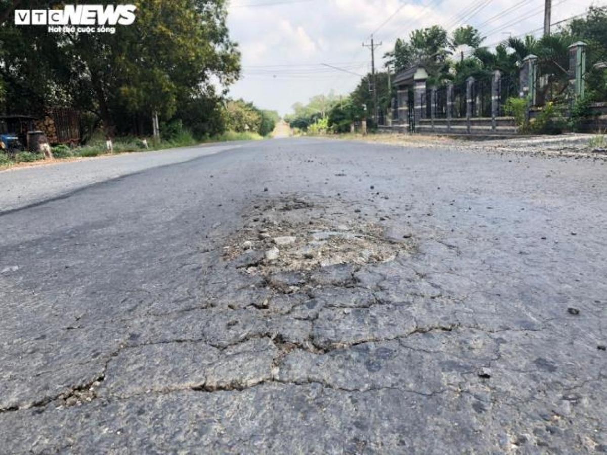 Mặt đường tỉnh lộ 749B (đoạn đi qua xã Minh Hoà, huyện Dầu Tiếng) hư hỏng nghiêm trọng do xe chở cát quá tải hoạt động ngày đêm.