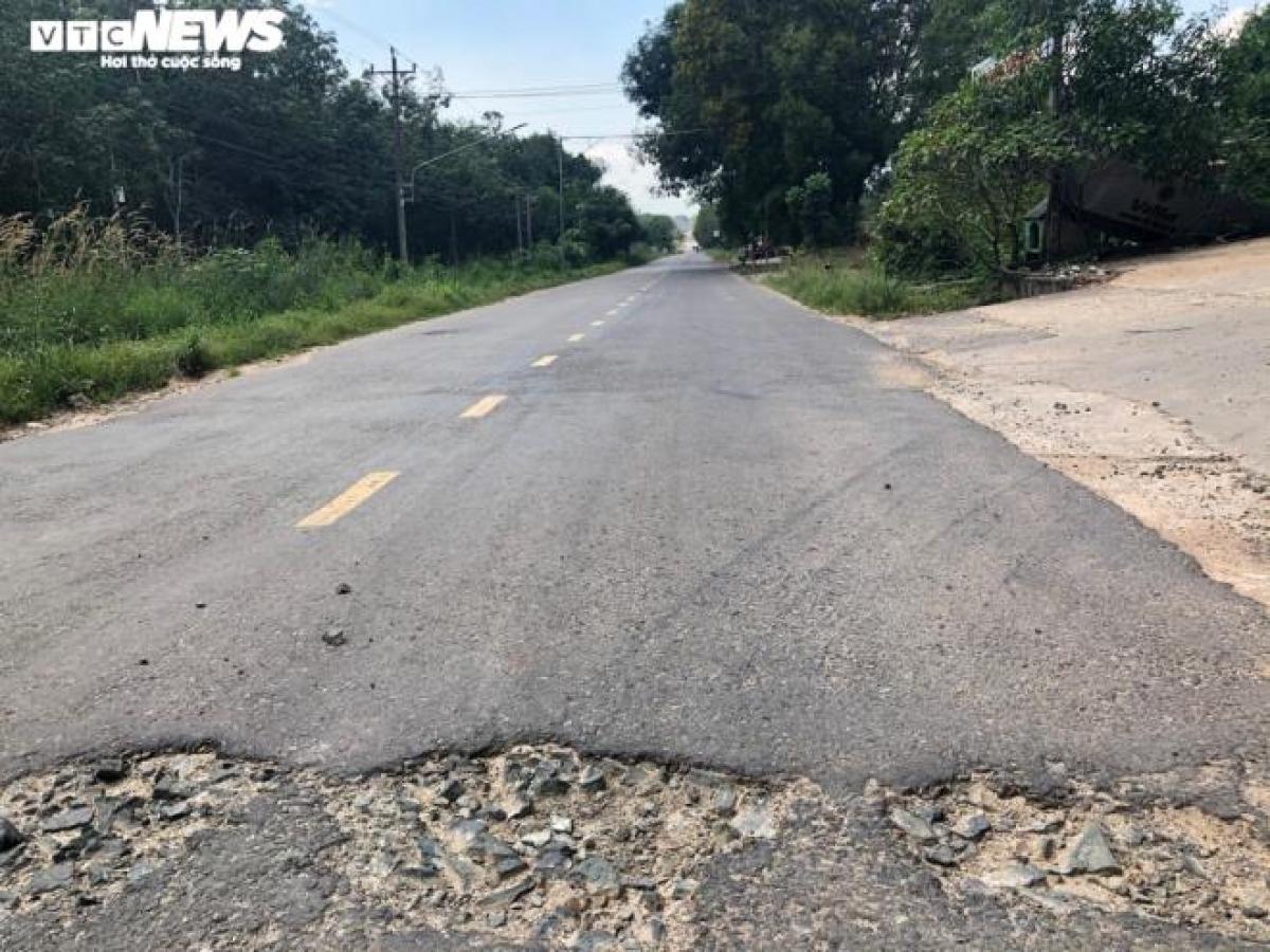 Lòng đường tỉnh lộ 749B xuất hiện nhiều ổ gà, ổ voi, mặt đường hư hỏng nhiều đoạn.