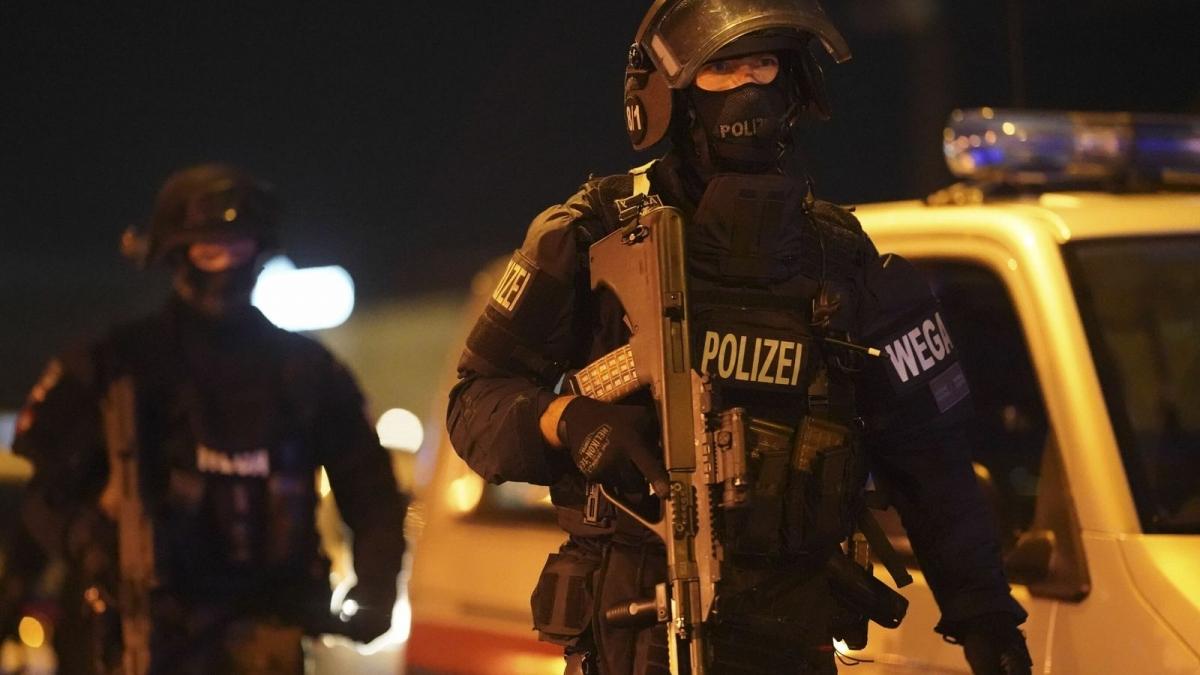 Đã có ít nhất một người thiệt mạng và khoảng 15 người khác bị thương trong vụ xả súng ở trung tâm thành phố Vienna, Áo tối 2/11. Ảnh: news.sky.com
