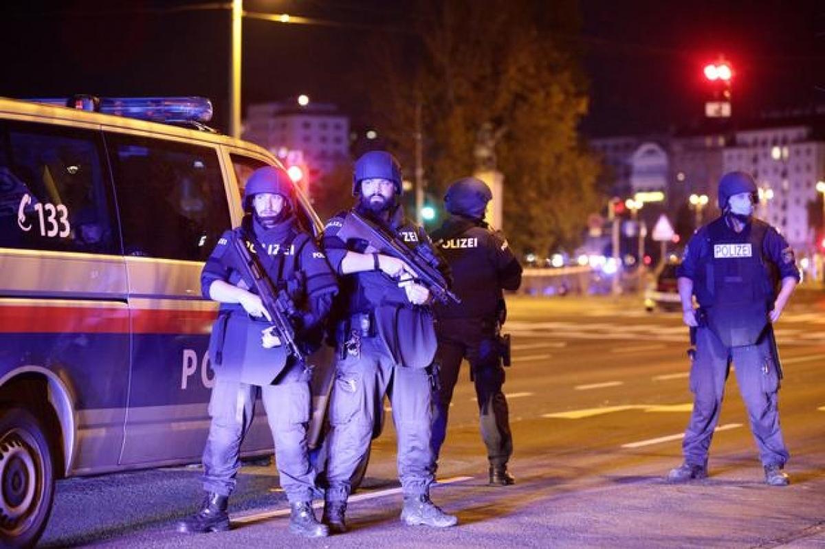 Sau vụ xả súng, quân đội Áo đã điều binh sĩ đến canh gác các địa điểm trọng yếu ở Vienna. Ảnh: Reuters