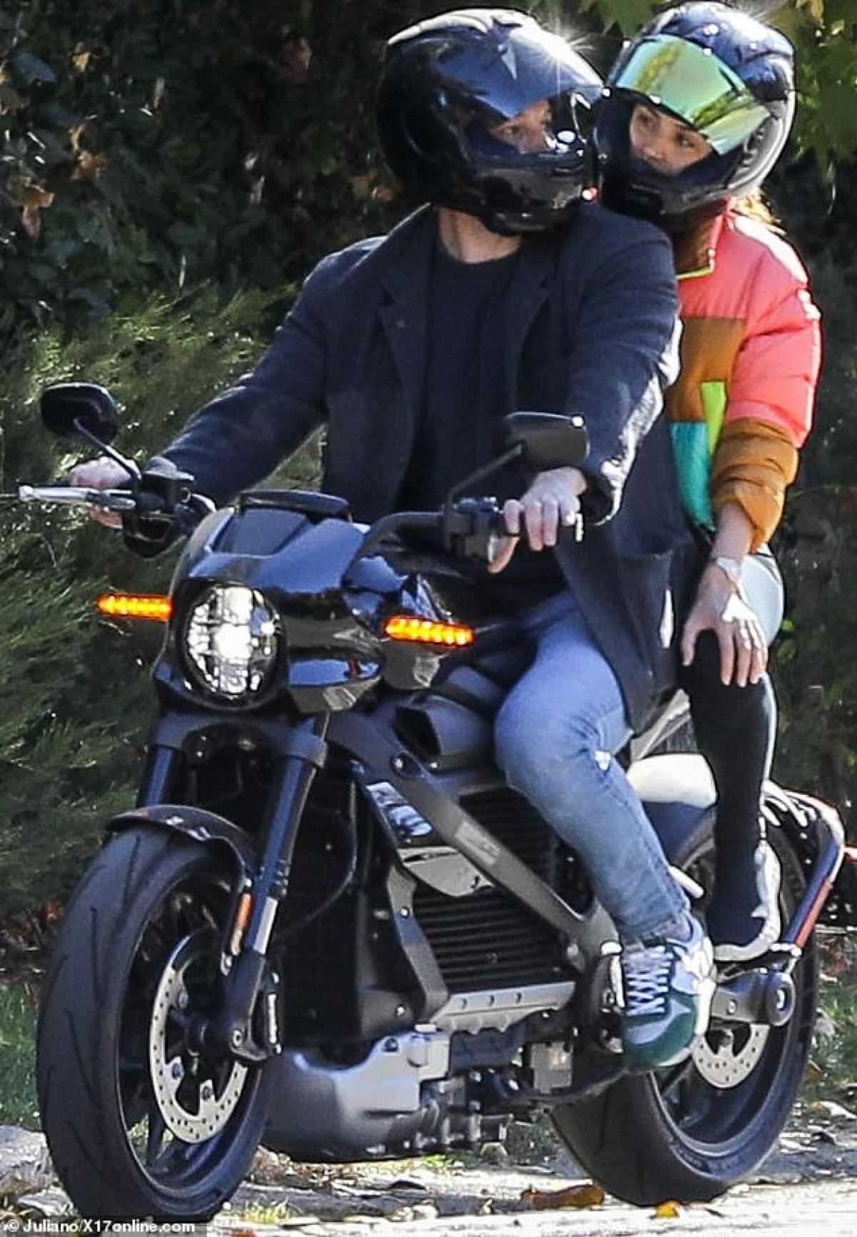 Ben Affleck bị cánh săn ảnh bắt gặp khi đang chở bạn gái Ana De Armas đi dạo phố trên chiếc xe phân khối lớn ở Los Angeles vừa qua.