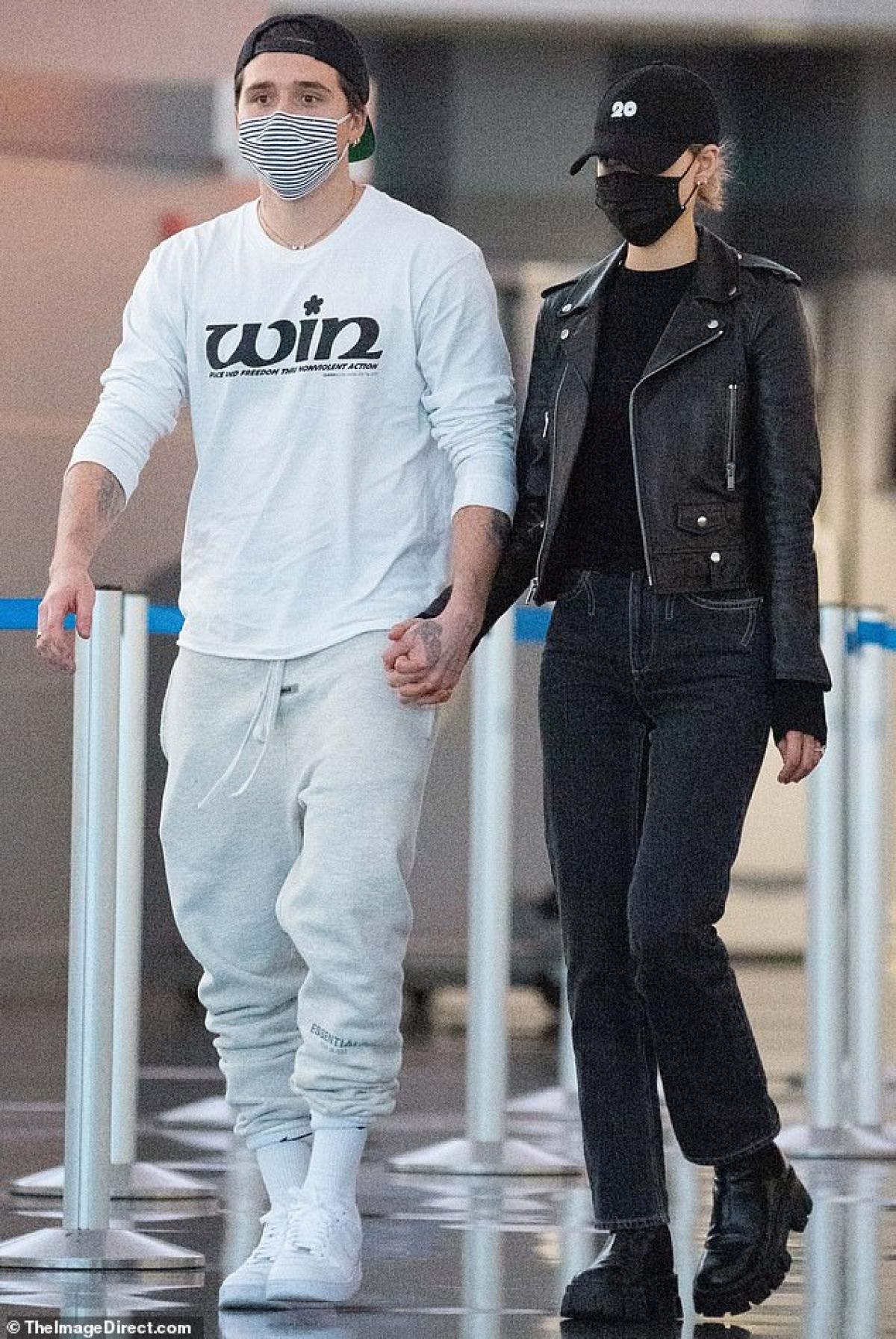 Brooklyn Beckham và hôn thê Nicola Peltz tay trong tay sánh bước tại sân bay JFK ở New York ngày 10/11 vừa qua.