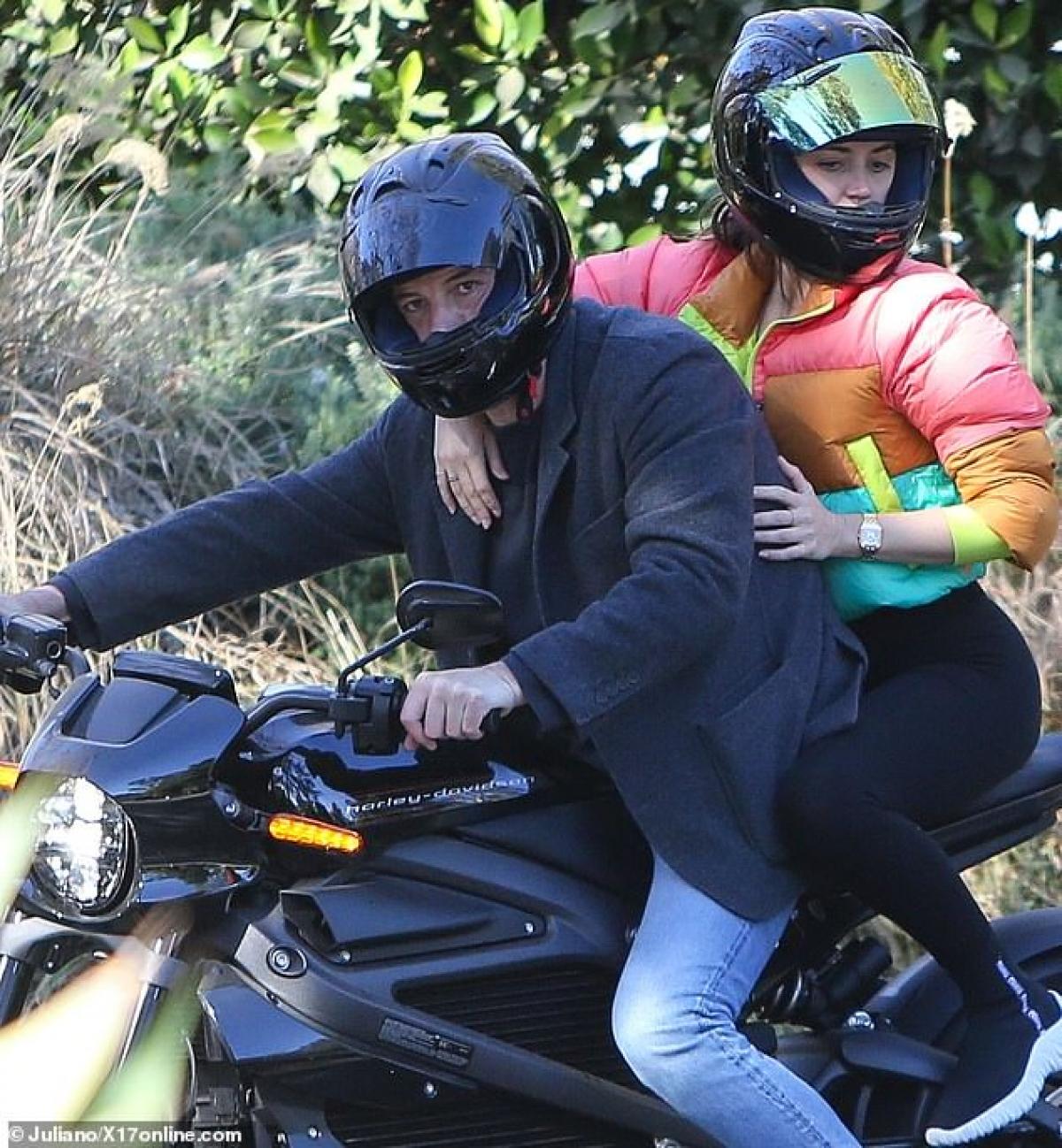 Tài tử 48 tuổi và bạn gái xinh đẹp đội mũ bảo hiểm cẩn thận khi đi xe lên đường.