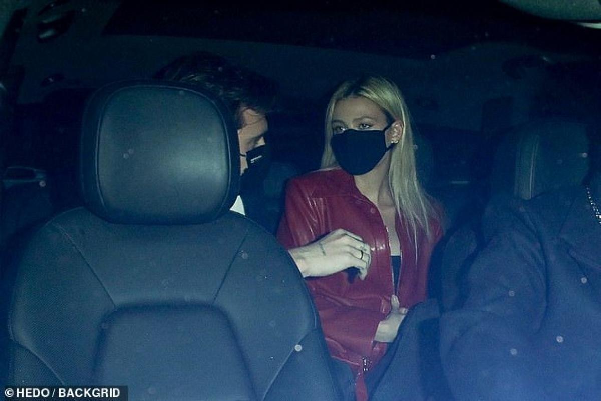 Sau đó, cặp đôi vội vàng bước lên hàng ghế sau của xe để ra về.