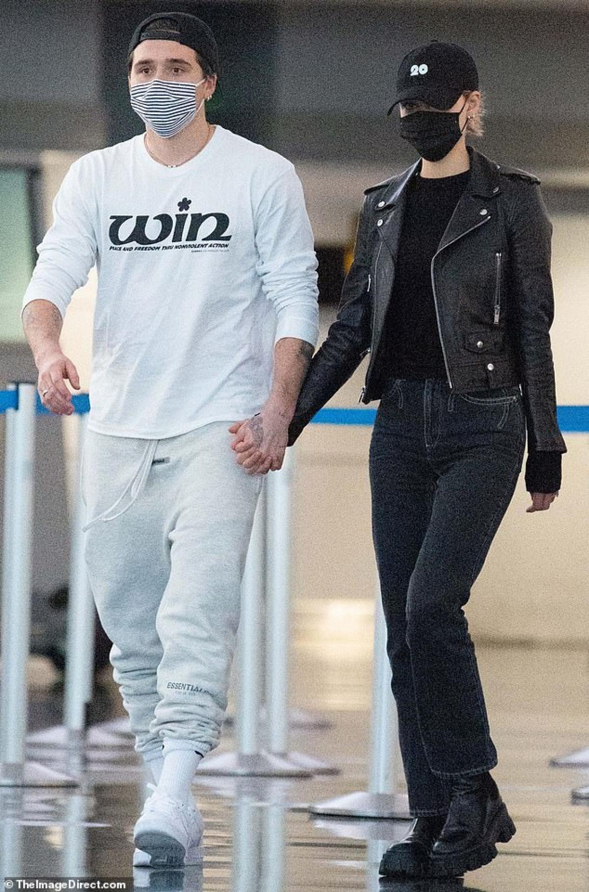 Con trai David Beckham diện trang phục sáng màu hàng hiệu, còn Nicola Peltz lại diện set đồ màu đen - mang mảng màu đối lập với bạn trai.