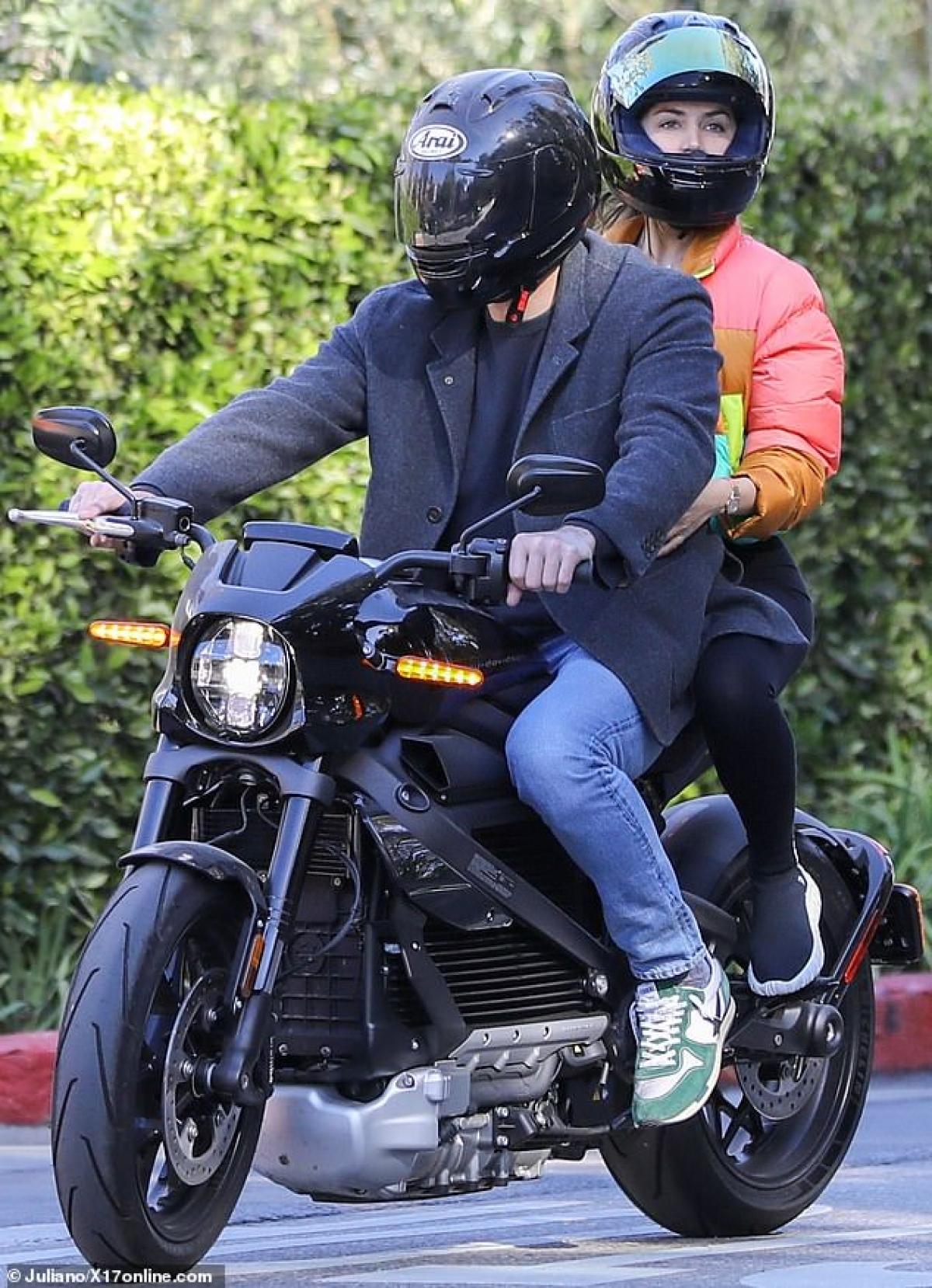 Ana De Armas mặc quần legging xuyên thấu kết hợp với áo phao và giày thể thao khỏe khoắn.