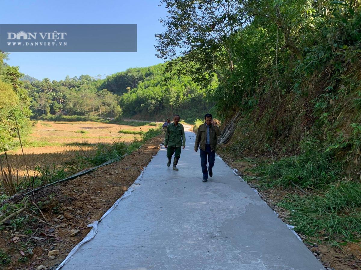 Con đường bê tông được mở đến sát chân những quả đồi, tạo điều kiện thuận lợi cho việc phát triển kinh tế rừng tại Bản Pè, xã Dương Phong, huyện Bạch Thông, tỉnh Bắc Kạn.