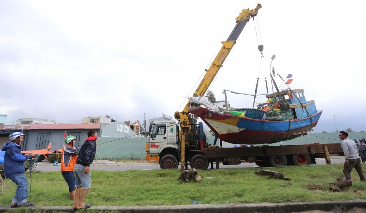 Thuyền nhỏ được cẩu đưa lên bờ.