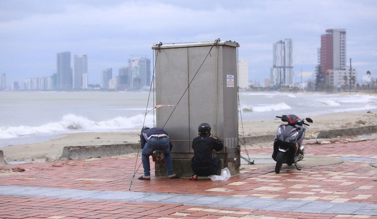 Đơn vị gia cố thêm dây thép bảo vệ hộp viễn thông ở ven biển