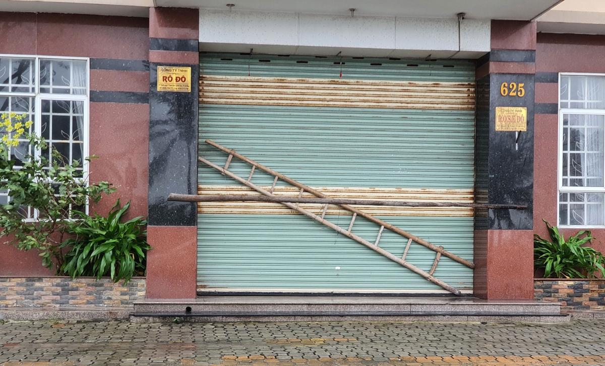 Khách sạn cũng chằng cửa rất cẩn thận.