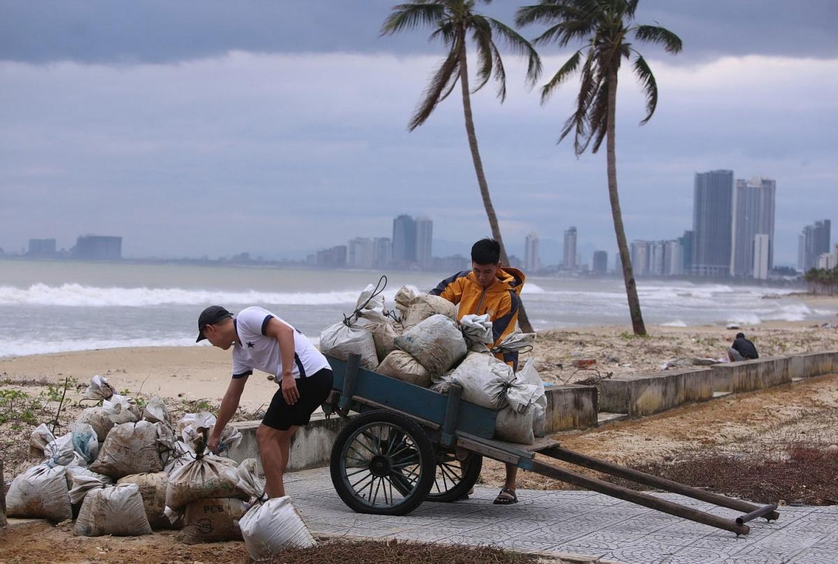 Người dân lấy cát về gia cố mái nhà.