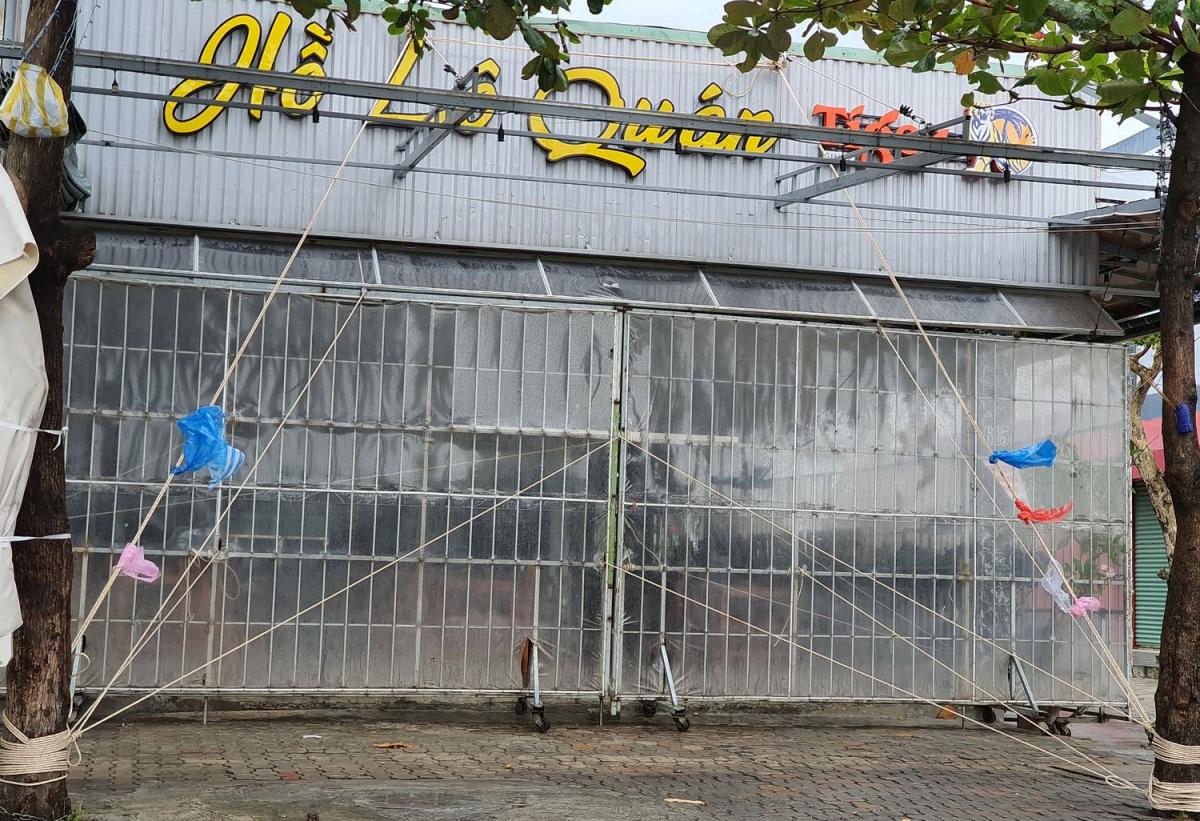 Quán nhậu trên đường Nguyễn Tất Thành dùng dây thừng buộc cửa trước.