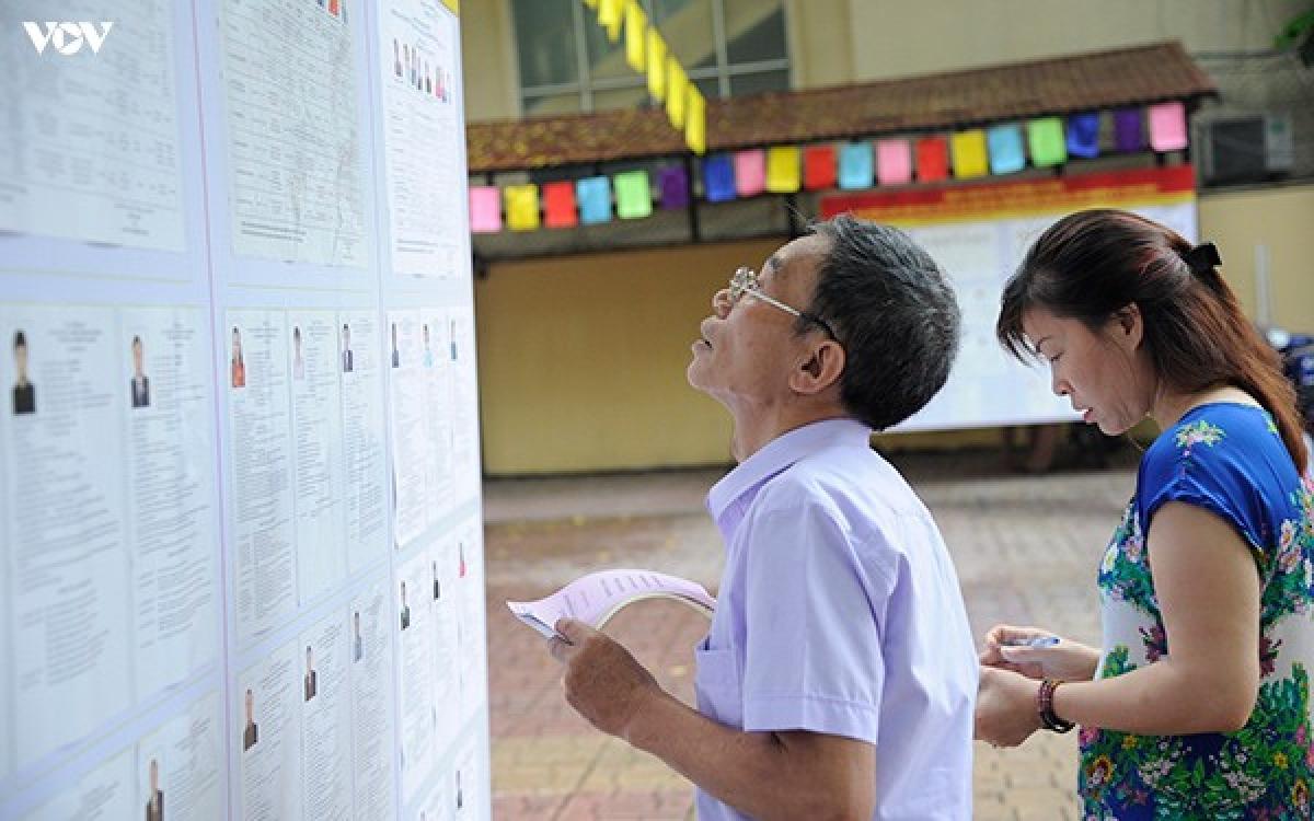 Cử tri đi bỏ phiếu bầu đại biểu Quốc hội khoá XIV và đại biểu HĐND các cấp nhiệm kỳ 2016-2021 tại Hà Nội
