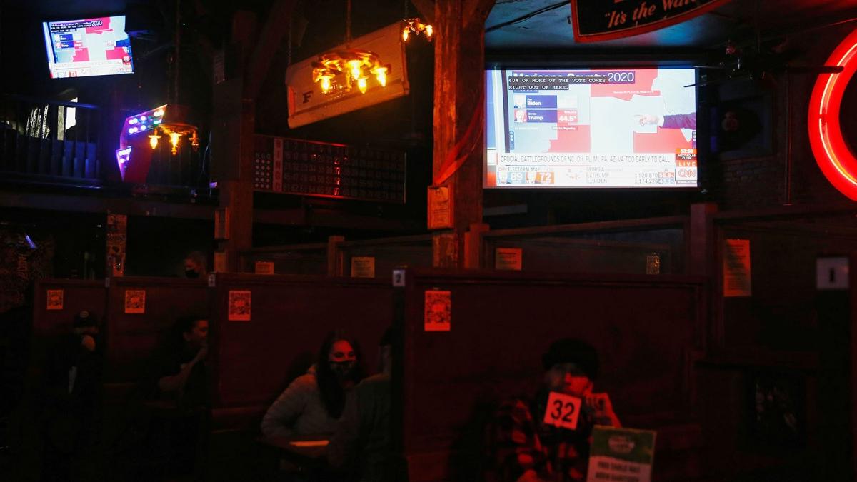 Người dân theo dõi kết quả bầu cử tổng thống Mỹ ở Seatle (Ảnh: Reuters)