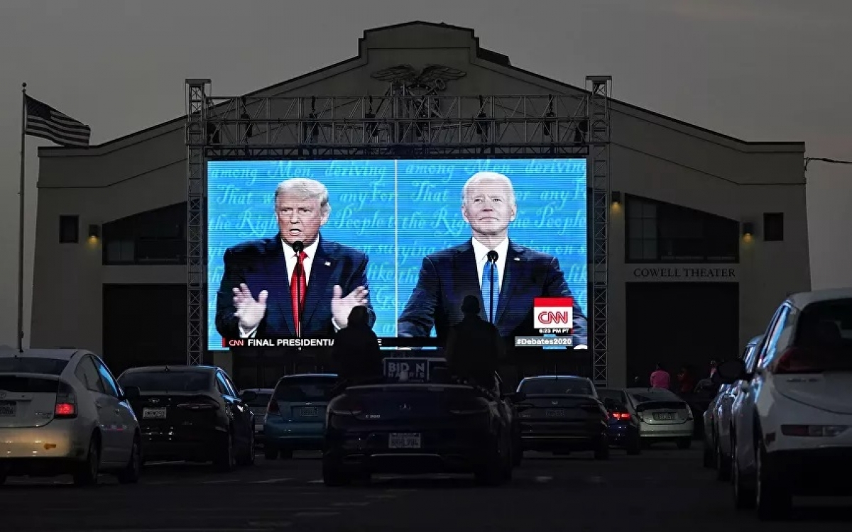 Hình ảnh trên màn hình lớn của hai ứng viên Tổng thống Mỹ 2020. Ảnh: AP.