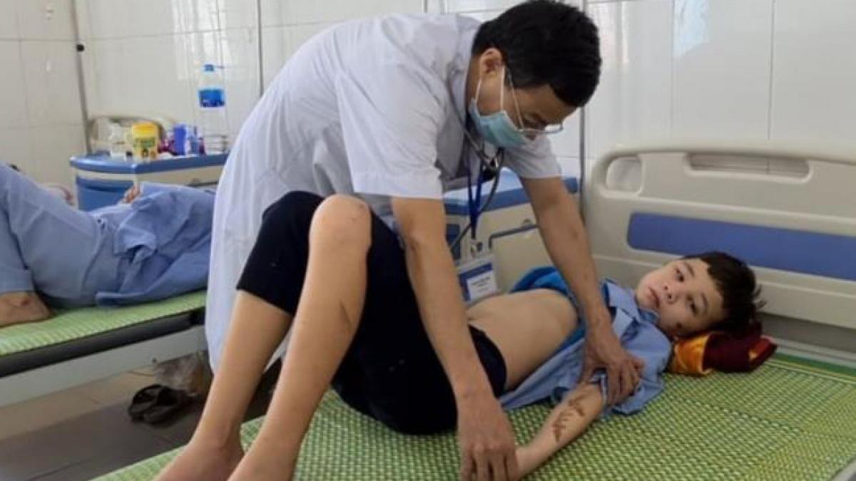 Cháu Trương Quang Duy đang điều trị tại bệnh viện do bị chủ quán bạo hành. Ảnh VTC News