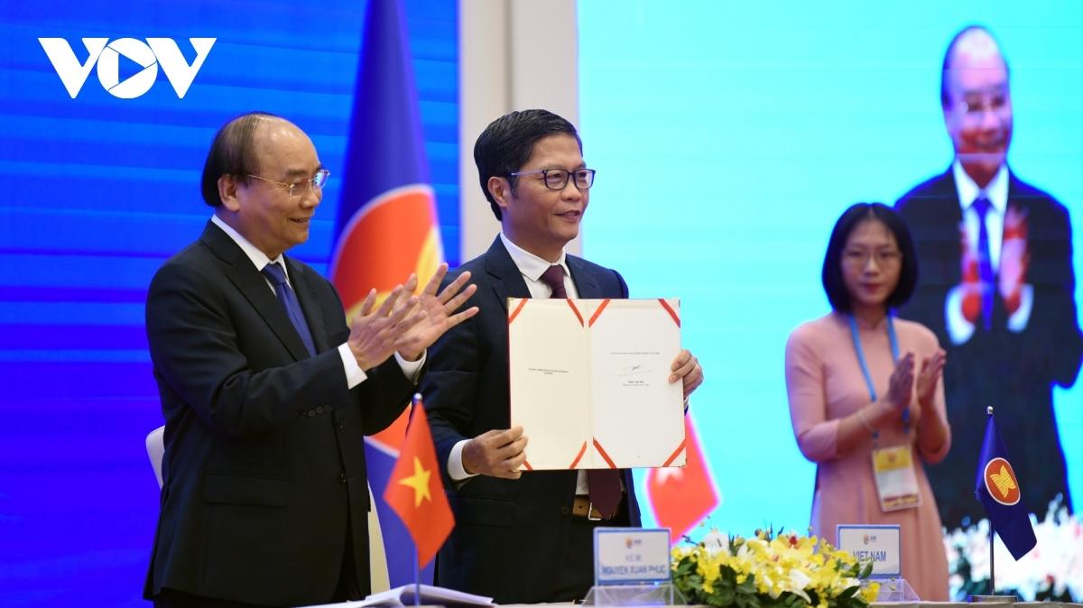 Bộ trưởng Bộ Công Thương Trần Tuấn Anh ký Hiệp định RCEP dưới sự chứng kiến của Thủ tướng Nguyễn Xuân Phúc.