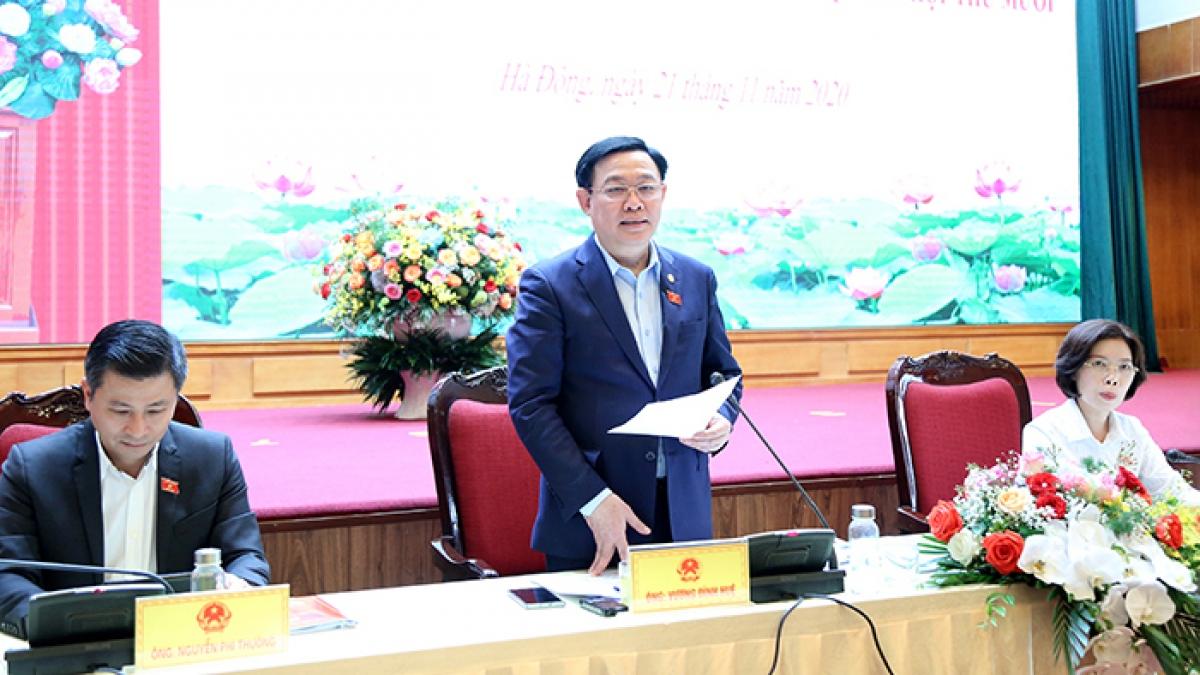 Bí thư Thành ủy, Trưởng đoàn ĐBQH TP Hà Nội Vương Đình Huệ phát biểu tại hội nghị (Ảnh: Cổng TTĐTTP Hà Nội)