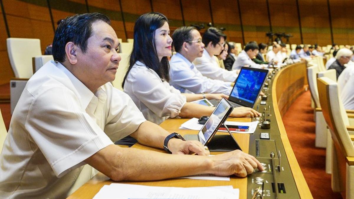 Các đại biểu Quốc hội ấn nút biểu quyết tại Kỳ họp thứ 10
