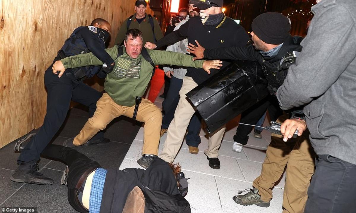 Cảnh sát vật lộn với người biểu tình khi bạo lực bùng phát ở thủ đô nước Mỹ vào đêm 14/11.