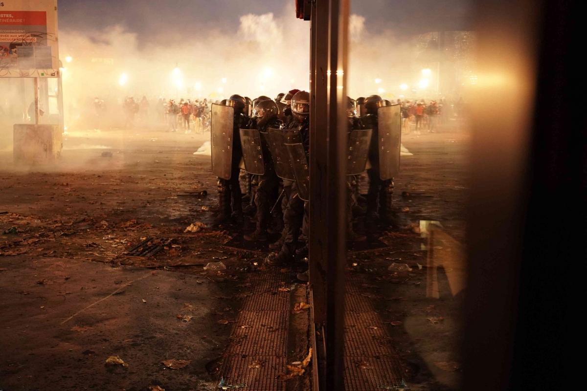 Người biểu tình đụng độ cảnh sát tại thủ đô Paris.( Ảnh: Le Monde)