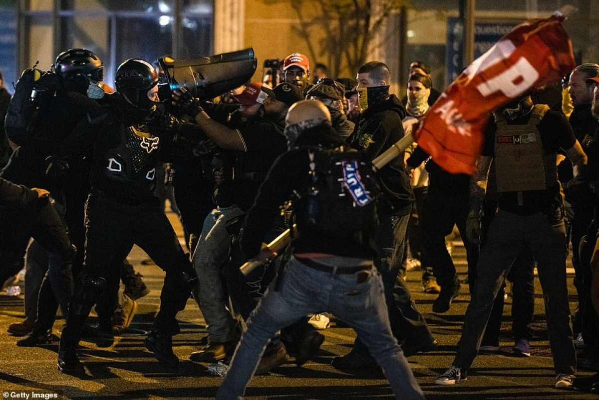 Người biểu tình xô xát với nhau hôm 14/11 ở thủ đô Washington.
