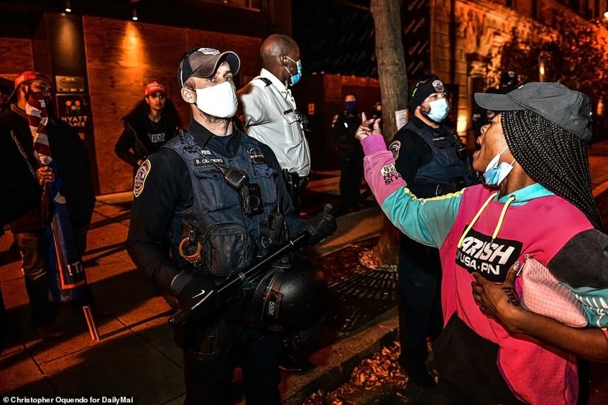 Cảnh sát đứng ngăn giữa người biểu tình của 2 phe.