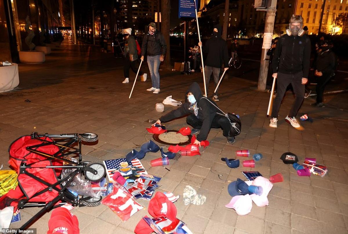 Đụng độ giữa 2 nhóm biểu tình khiến người bán hàng rong bị đổ hết hàng hoá