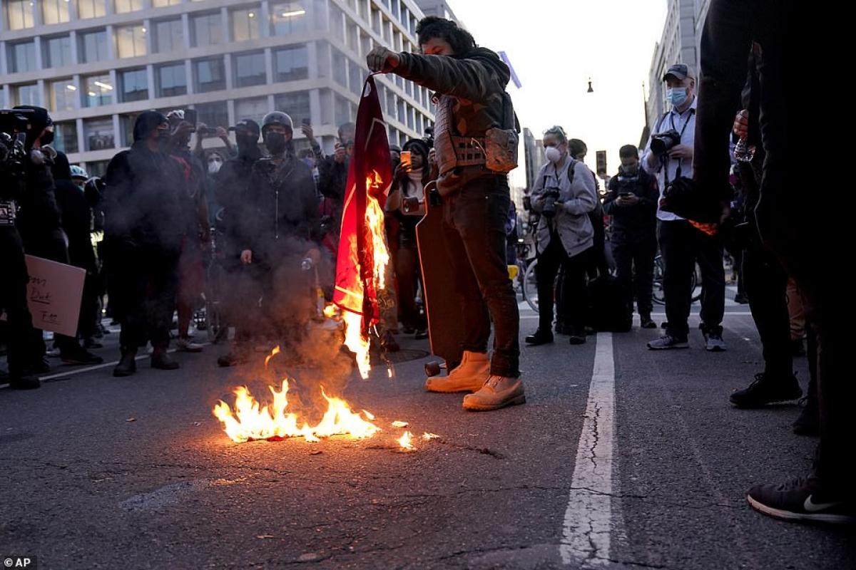 Cờ của nhóm ủng hộ ông Trump bị phe đối lập đốt.
