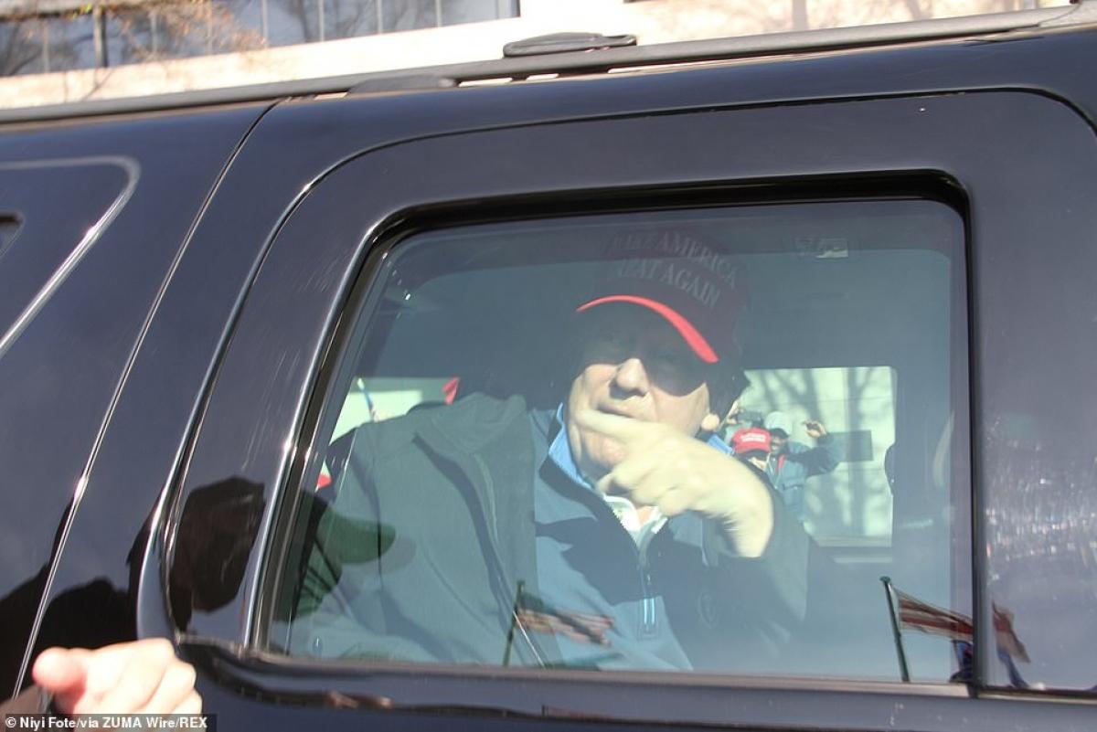 Ông Trump ngồi trong xe ô tô bọc thép và có kính chống đạn đi qua khu vực có người biểu tình ủng hộ mình.