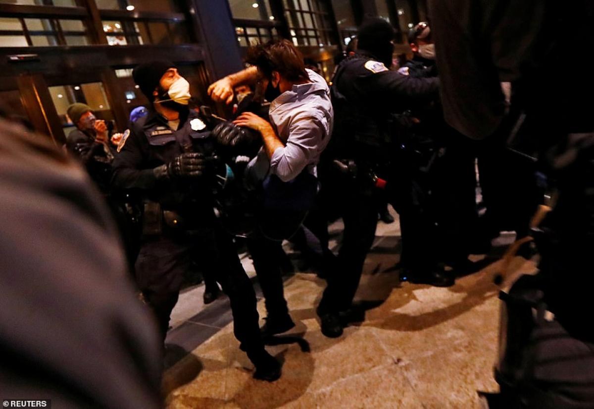 Cảnh sát trấn áp người biểu tình.