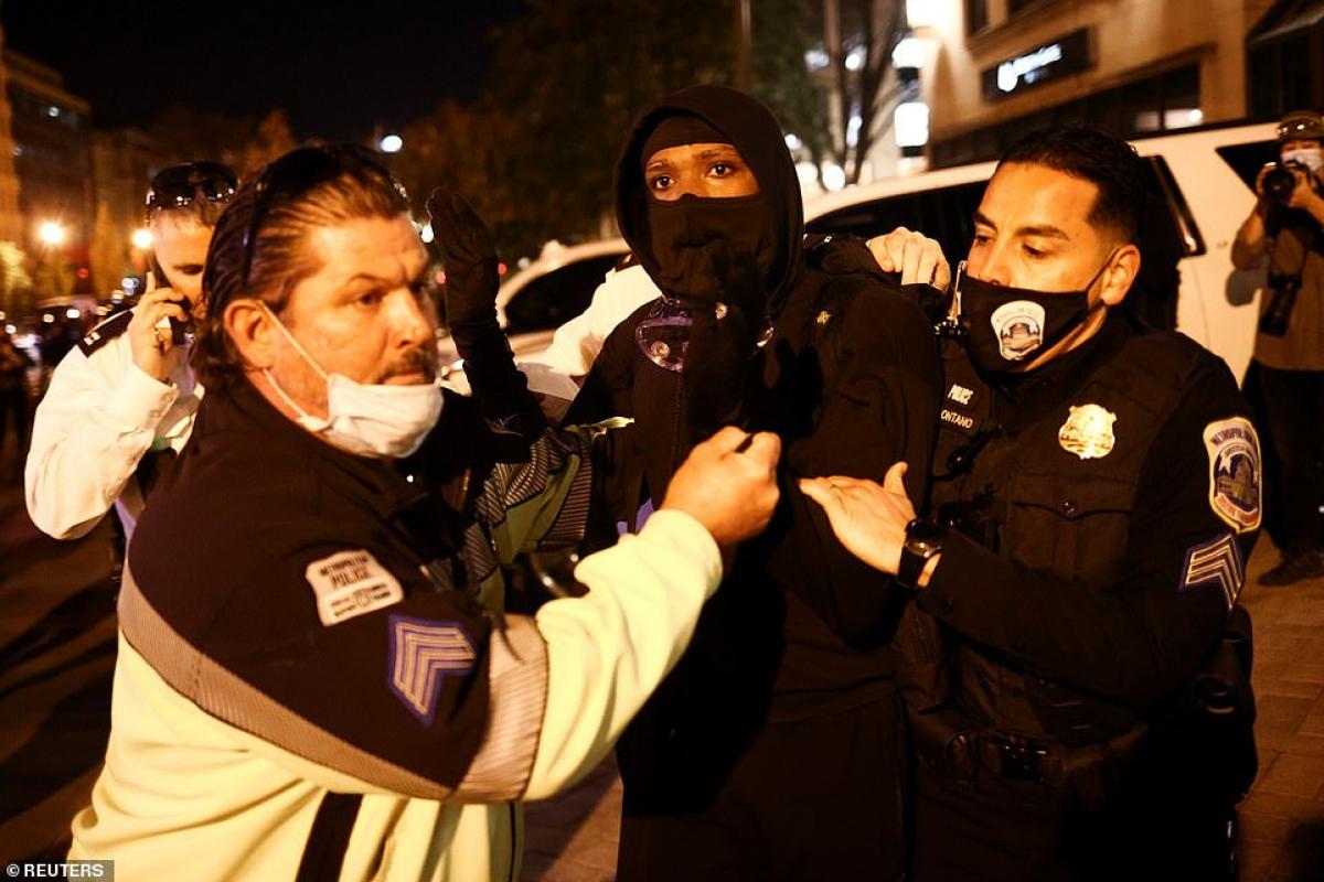 Cảnh sát bắt giữ một người biểu tình.