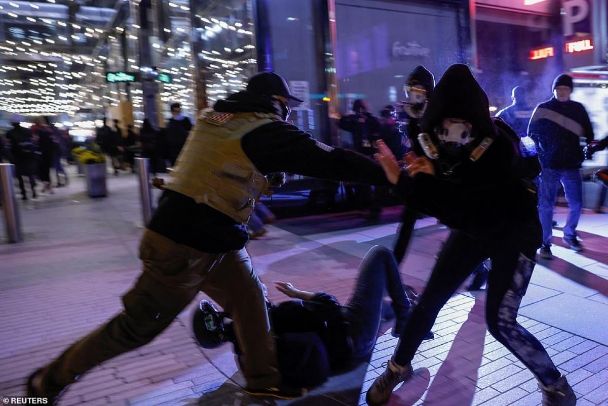 """Người biểu tình """"chống phát xít"""" và thành viên nhóm cực hữu ProudBoys đụng độ giữa thủ đô của Mỹ."""