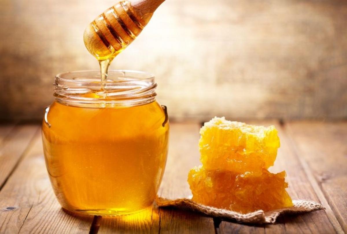 Mật ong: Mật ong có khả năng diệt khuẩn nhờ có sự sản sinh hydrogen peroxide. Các nghiên cứu còn cho thấy mật ong thậm chí có thể chống lại các siêu vi khuẩn kháng thuốc kháng sinh.