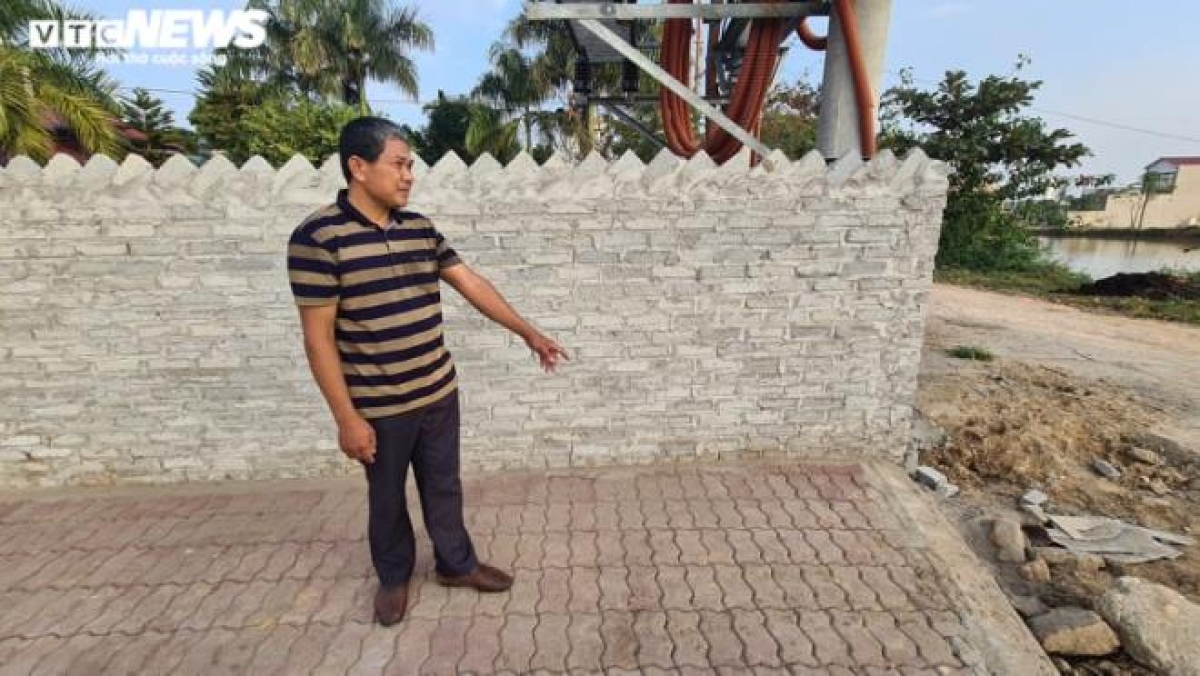 Ông Nguyễn Hữu Hạnh chỉ vị trí phát hiện cháu Duy.